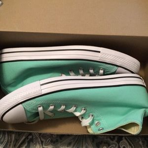 NEVER BEEN WORN mint converse